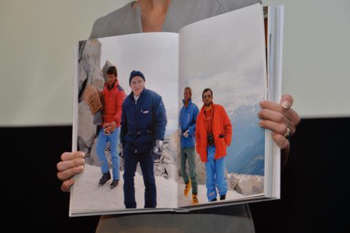 La presentatrice mostra ai giornalisti una foto del libro foto Ireneusz Sobieszczuk TVP