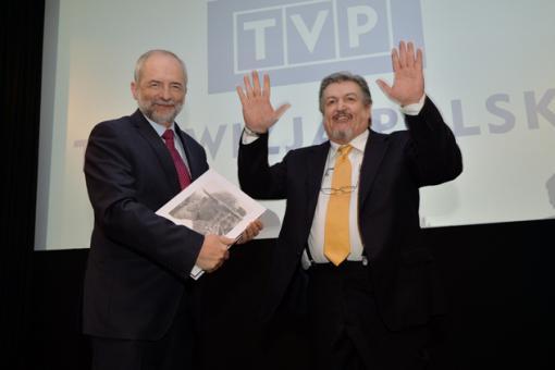 Dopo aver consegnato il libro al Presidente Juliusz Braun,  G. Gelmetti saluta i presenti e si accommiata dalla conferenza stampa foto I. Sobieszczuk