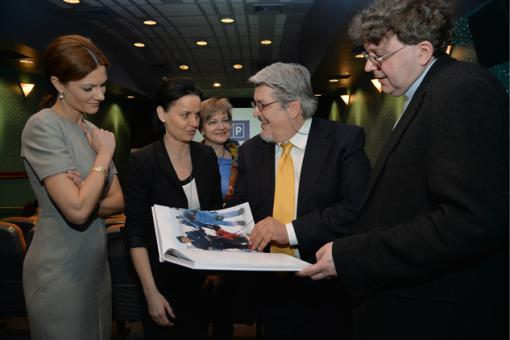 Da sn. Presentatrice, direttrice Marketing TVP Iwona Bocian-Zaciewska,  interprete G. Gelmetti e Padre Rafal Sztejka foto I. Sobieszczuk